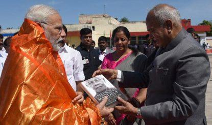 चेन्नई से रवाना होने के समय प्रधानमंत्री नरेंद्र मोदी से तमिलनाडु के राज्यपाल बनवारी लाल पुरोहित ने मुलाकात की. (फोटोः पीआईबी)