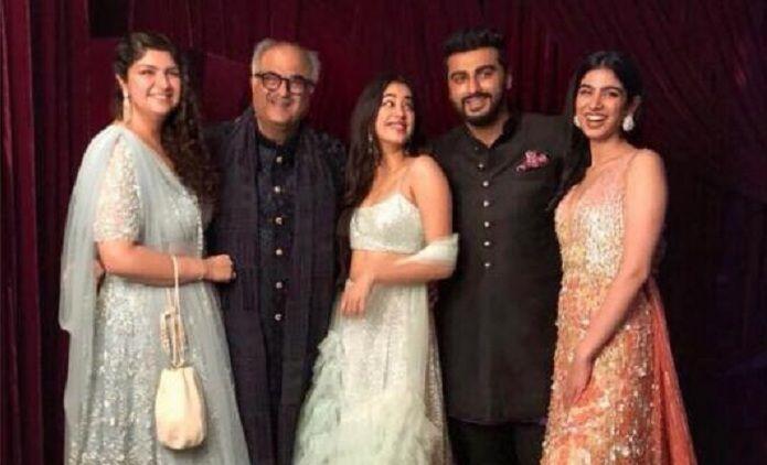 Arjun-Kapoor-Anshula-Kapoor-Janhvi-Kapoor-Khushi-Kapoor-Boney-Kapoors-family-portrait-will-make-you-smile