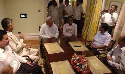 कुमारस्वामी का शपथ ग्रहण समारोह विपक्षी एकता के प्रदर्शन का सबसे बड़ा मंच साबित हुआ. हाल ही में एनडीए गठबंधन से अलग हुए चंद्रबाबू नायडु और कांग्रेस विरोध से राजनीति शुरू करने वाले दिल्ली के मुख्यमंत्री अरविंद केजरीवाल इस मौके पर साथ-साथ नजर आए.
