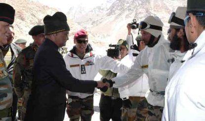 राष्ट्रपति रामनाथ कोविंद ने सियाचिन में तैनात जवानों से मुलाकात की. अपने संबोधन में राष्ट्रपति ने कहा कि राष्ट्रपति का पदभार ग्रहण करने के बाद दिल्ली से बाहर अपनी सबसे पहली यात्रा पर मैं अपने सैनिकों से मिलने लद्दाख आया था और सभी तैनात बटालियनों और 'स्काउट रेजीमेंट सेंटर' के वीर जवानों से मिला था. उस समय ही मैंने एक संकल्प लिया था कि मैं सियाचिन में तैनात अपने सैनिकों से भी मिलने आऊंगा. आज आप सभी के बीच आकर मेरा वह संकल्प पूरा हो रहा है.
