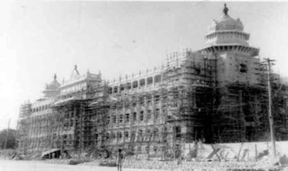 के. हनुमंथैया की पहल पर आजाद भारत के पहले प्रधानमंत्री जवाहरलाल नेहरू ने 13 जुलाई 1951 को कर्नाटक विधान सौध की आधारशिला रखी. 1951 से 1956 तक चले निर्माण कार्य के बाद यह भवन तैयार हुआ. उस समय इसकी लागत 1.84 करोड़ रुपए आई थी. 5 हजार से ज्यादा मजदूर इसके निर्माण में लगे थे. विधान सौध का पूरा परिसर 5 लाख वर्ग फीट से ज्यादा बड़े क्षेत्र में फैला हुआ है.
