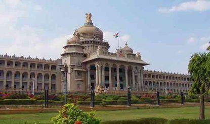 कर्नाटक विधान सौध का क्षेत्रफल काफी बड़ा है. उत्तर दिशा से लेकर दक्षिण तक यह 700 फीट का है. वहीं पूर्व से पश्चिम दिशा तक इसकी लंबाई करीब 350 फीट है. भवन के भीतर 230 गुना 230 फीट के दो सेंट्रल विंग का निर्माण किया गया है. द्रविड़ वास्तुकला शैली में बनी यह इमारत न सिर्फ कर्नाटक, बल्कि देश में सबसे खूबसूरत इमारतों में से एक है. वहीं इसके निर्माण में आधुनिक वास्तुकला का भी प्रयोग किया गया है. भवन का एक महत्वपूर्ण आकर्षण इसके आगे बनी सीढ़ियां भी हैं, जिससे होकर सीधे पहली मंजिल पर स्थित विधानसभा में पहुंचा जा सकता है.