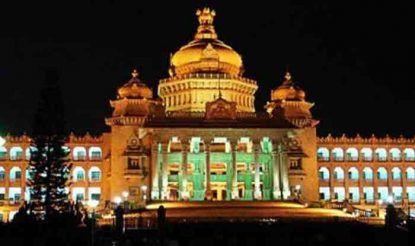 कर्नाटक विधान सौध में मुख्यतः तीन फ्लोर हैं जो 1.32 लाख स्क्वॉयर फीट के हैं. वहीं टॉप फ्लोर एक लाख वर्गफीट में है. विधान सौध की कुल लंबाई 700 फीट है. वहीं चौड़ाई 350 फीट है और ऊंचाई (जमीन से मुख्य गुंबद तक) करीब 150 फीट है. भवन के बीच का गुंबद 60 फीट का है जिसका भार संभालने के लिए 8 पिलर लगाए गए हैं. भवन में 6 और गुंबद हैं, 4 सामने और 2 पीछे की दिशा में.