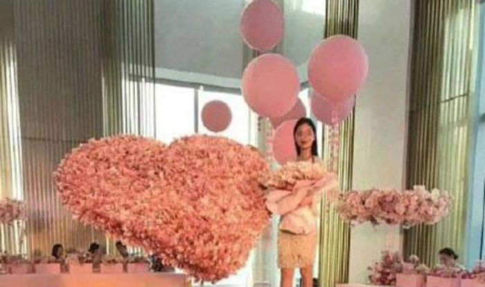 Bizarre Chinese Man Gifts Girlfriend A Bouquet Of Cash Whopping Rs 35 Lakh On Her Birthday