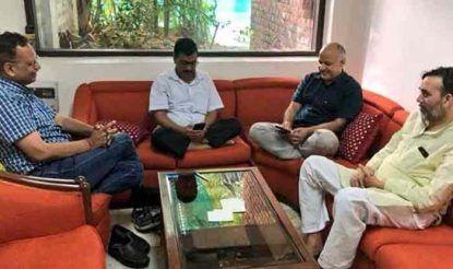बीते सोमवार से ही सीएम केजरीवाल और दिल्ली के 3 मंत्री उपराज्यपाल के आवास पर धरना दे रहे हैं.