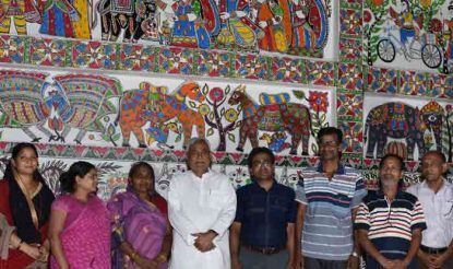 1 अणे मार्ग पर मिथिला पेंटिंग बनाने वाले कलाकारों के साथ सीएम नीतीश कुमार.