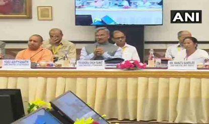 नीति आयोग की बैठक में यूपी के सीएम योगी आदित्यनाथ, उत्तराखंड के सीएम त्रिवेंद्र सिंह रावत और पश्चिम बंगाल की मुख्यमंत्री ममता बनर्जी.