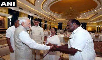 नीति आयोग की बैठक से पहले पीएम नरेंद्र मोदी से मिलते कर्नाटक के सीएम एच.डी. कुमारस्वामी.