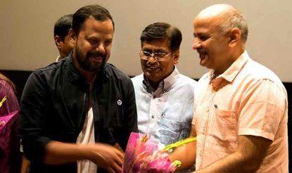 अभिनेता रवि साह को सम्मानित करते दिल्ली के डिप्टी सीएम मनीष सिसोदिया.