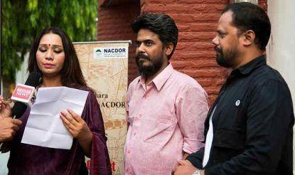 फिल्म के निर्देशक पवन श्रीवास्तव और गायिका कल्पना पटवारी के साथ रवि साह.