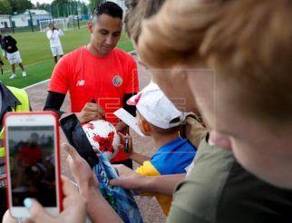 Navas giving autographs