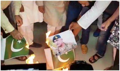 पाकिस्तान के आर्मी चीफ की तस्वीर व झंडा जलाया