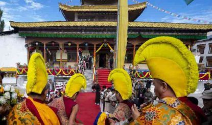 दलाई लामा के जोकहांग पहुंचने के अवसर पर लेह की शोभा देखते ही बन रही थी. उनके स्वागत में बौद्ध भिक्षुओं का दल दलाई लामा के आगे-आगे पारंपरिक वाद्य यंत्र बजाते हुए चल रहा था.