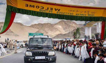 लेह एयरपोर्ट से निवास स्थान जाने के दौरान अपने गुरु का स्वागत करने के लिए सड़क के दोनों किनारे पर बड़ी संख्या में बौद्ध धर्म के अनुयायी खड़े थे.