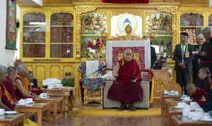 दलाई लामा ने लेह के जोकहांग में बौद्ध धर्म के अनुयायियों को भगवान बुद्ध के उपदेश दिए. इस दौरान बड़ी संख्या में बौद्ध भिक्षु मौजूद रहे. अपने आध्यात्मिक गुरु को सुनने के लिए लेह के स्थानीय बौद्ध मतालवंबी भी आए थे.