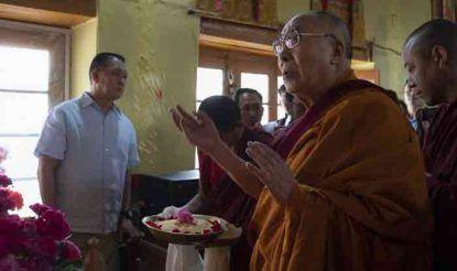 लेह पहुंचने के बाद दलाई लामा ने जोकहांग में गुरु रिनपोछे को श्रद्धांजलि अर्पित की.