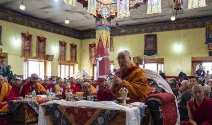 लद्दाख क्षेत्र के लेह में तिब्बती आध्यात्मिक गुरु दलाई लामा ने कहा कि सामंती व्यवस्था नफरत और हिंसा को जन्म देती है, जबकि लोकतंत्र शांतिपूर्ण माहौल के विकास के लिए सभी को अधिकार देता है. उन्होंने कहा कि सामंती व्यवस्था से लोकतंत्र तक बदलाव के साथ, हमारे मठ तंत्र में भी बदलाव लाए जाने की आवश्यकता है.
