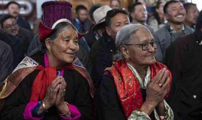आध्यात्मिक गुरु के उपदेशों को सुनने के लिए लेह के असंख्य बौद्ध धर्मावलंबी जोकहांग पहुुंचे हैं. आज यहां पर दलाई लामा का 83वां जन्मदिवस हर्ष और उत्साह के साथ मनाया गया.