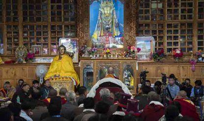 लेह के जोकहांग में तिब्बती आध्यात्मिक गुरु दलाई लामा ने बौद्ध भिक्षुओं के साथ मिलकर पूजा-आराधना की.