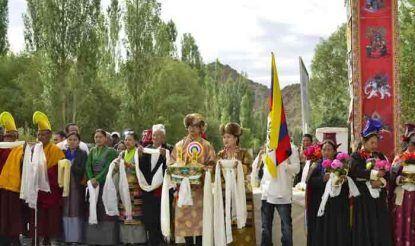 लेह में तिब्बती आध्यात्मिक गुरु दलाई लामा के निवास स्थान पर उनके स्वागत के लिए बड़ी संख्या में अनुयायी खड़े थे.