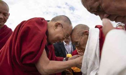लेह पहुंचने के बाद गदेन त्रिसुर रिझोंग रिनपोछे ने आध्यात्मिक धर्मगुरु दलाई लामा का स्वागत किया.