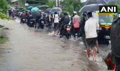 मुंबई के कल्याण में भी सुबह से हो रही तेज बारिश के कारण लोगों का सड़कों पर निकलना मुश्किल हो गया. कल्याण के कई इलाकों में बारिश के कारण सड़कों पर जलजमाव की स्थिति पैदा हो गई.