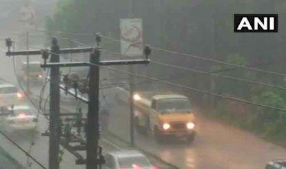 कर्नाटक के मंगलुरू में भी आज सुबह से तेज बारिश के कारण आम जन जीवन प्रभावित हुआ. हवाओं के साथ हुई तेज बारिश की वजह से मंगलुरू के कई इलाकों में सड़कों पर बारिश का पानी बहने लगा.
