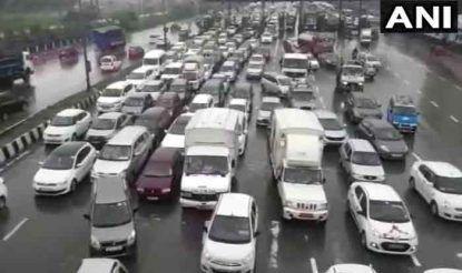 महाराष्ट्र की राजधानी मुंबई के पास नवी मुंबई में सुबह से ही हो रही तेज बरसात के कारण सड़कों पर वाहनों का चलना मुश्किल हो गया है.