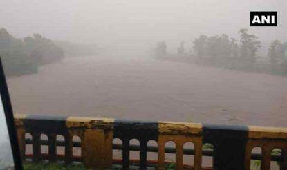 मुंबई से सटे महाराष्ट्र के पालघर में भी आज भारी बारिश हुई. इस कारण नदियों का जलस्तर बढ़ गया और सड़कों पर पानी भर गया.