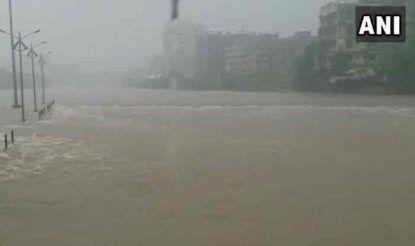 महाराष्ट्र के ठाणे इलाके के भिवंडी में आज सुबह से ही तेज बरसात के कारण जन जीवन अस्त-व्यस्त हो गया. बारिश इतनी तेज हुई कि कई घरों में भी पानी घुस गया.