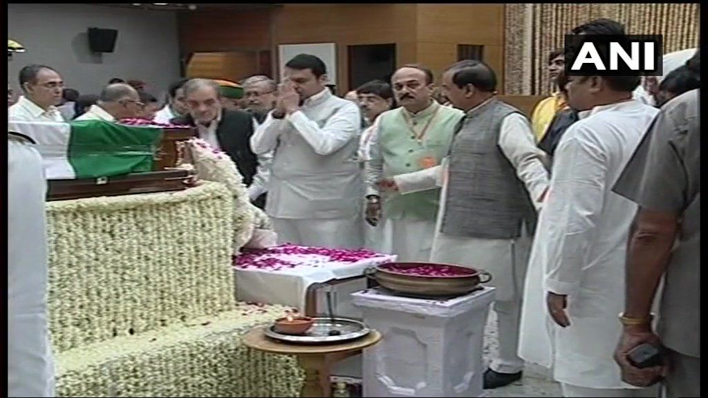 Maharashtra CM Devendra Fadnavis and Chhattisgarh CM Raman Singh pay last respects.