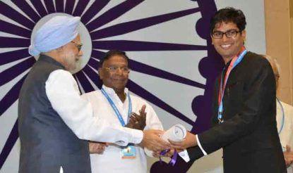 मनमोहन सिंह ओपी चौधरी को सम्मानित करते हुए
