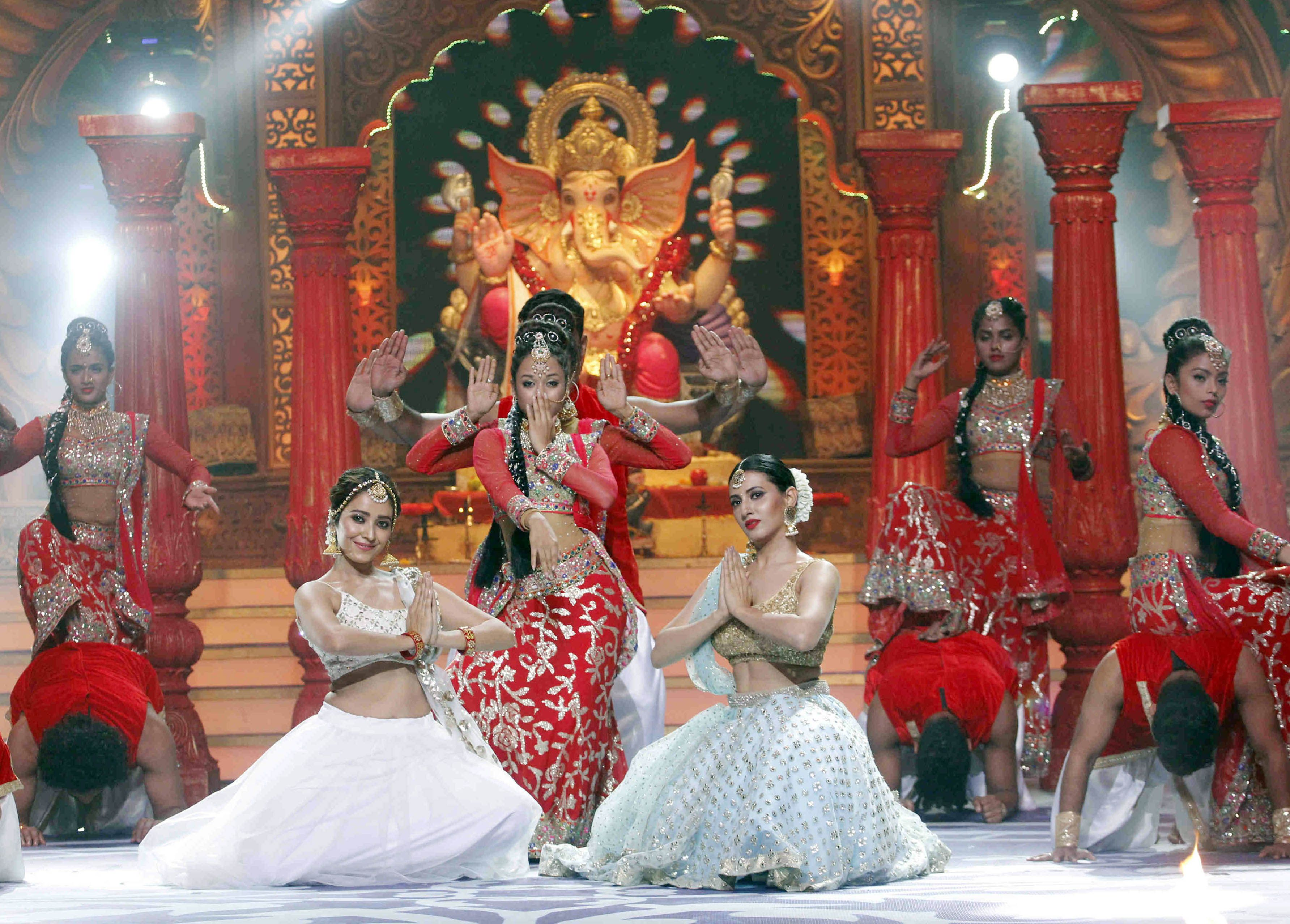 Additi Gupta and Asha Negi performing at Kundali Bhagya's upcoming Ganesh Chaturthi special Mahaepisode (3)