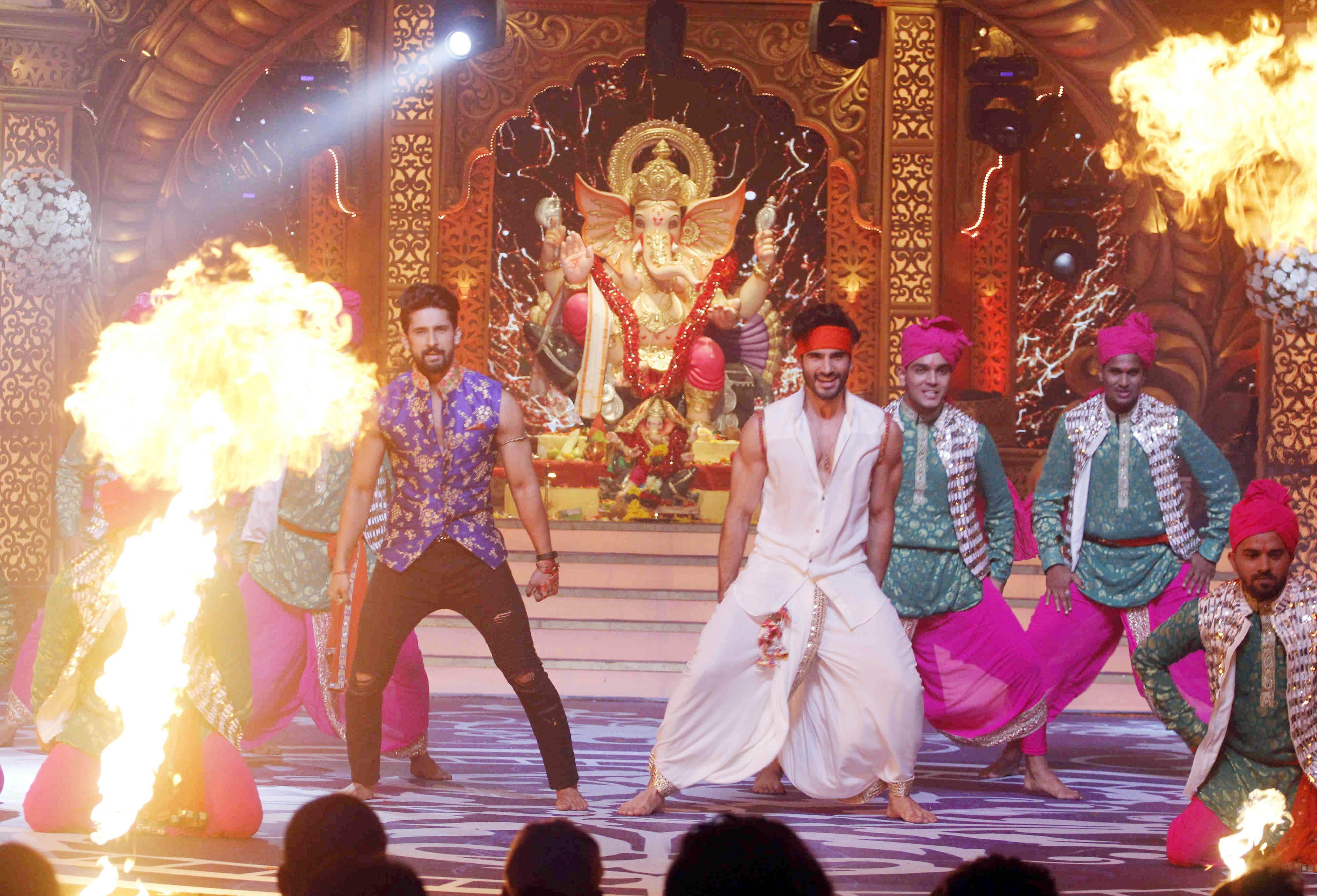 Ravi Dubey and Karan Tacker performing at Kundali Bhagya's upcoming Ganesh special Mahaepisode (1)