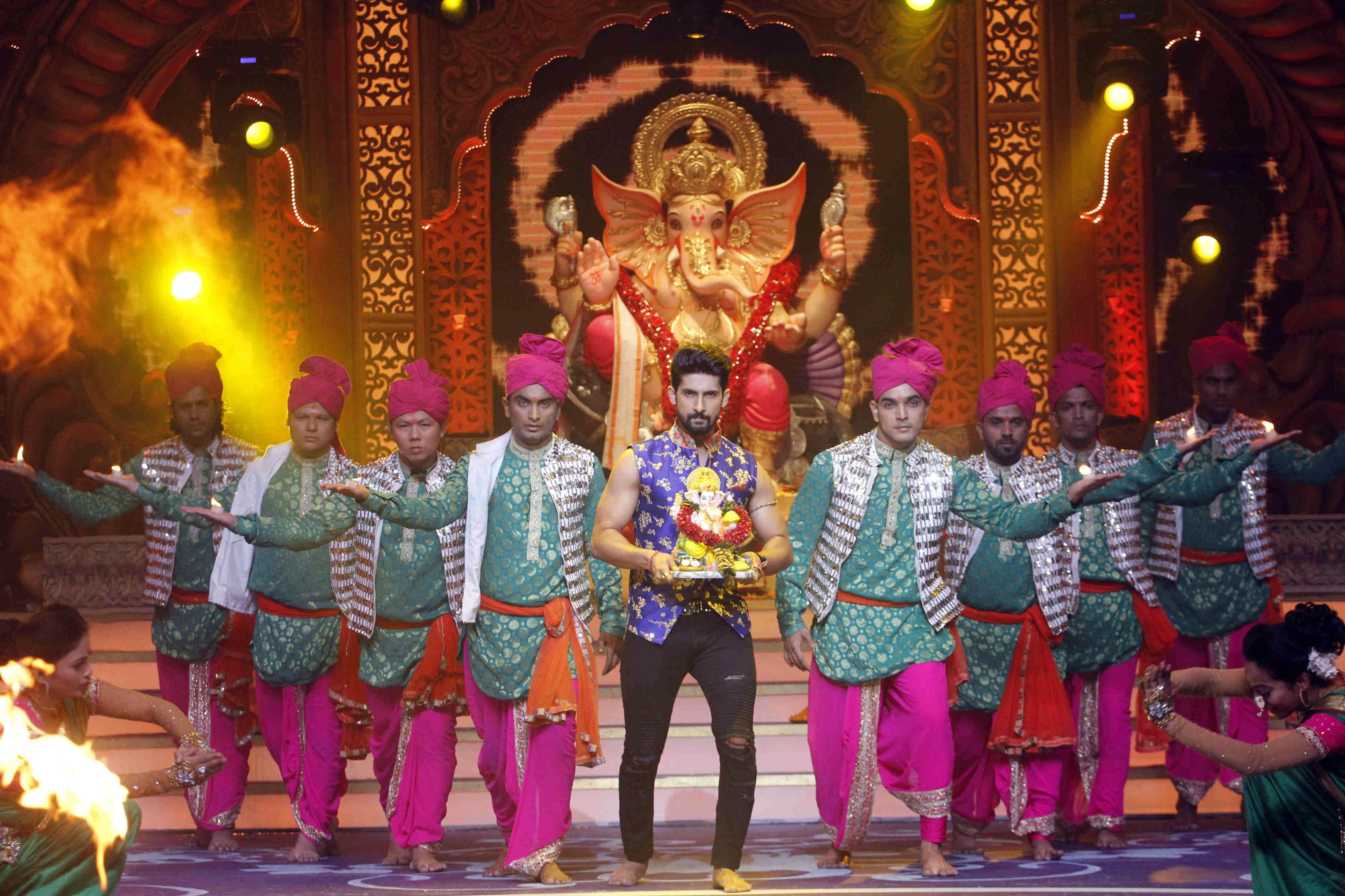 Ravi Dubey performing at Kundali Bhagya's Ganpati special Mahaepisode (3)