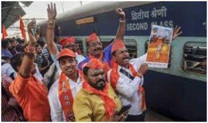 विशेष ट्रेन से पहुंचे शिव सैनिक