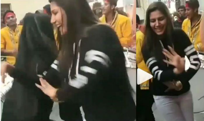 Haryanvi Sensation Sapna Choudhary Can't Stop Doing Bhangra on Dhol Beats at Family Function, Watch Her Sexy Thumkas Here