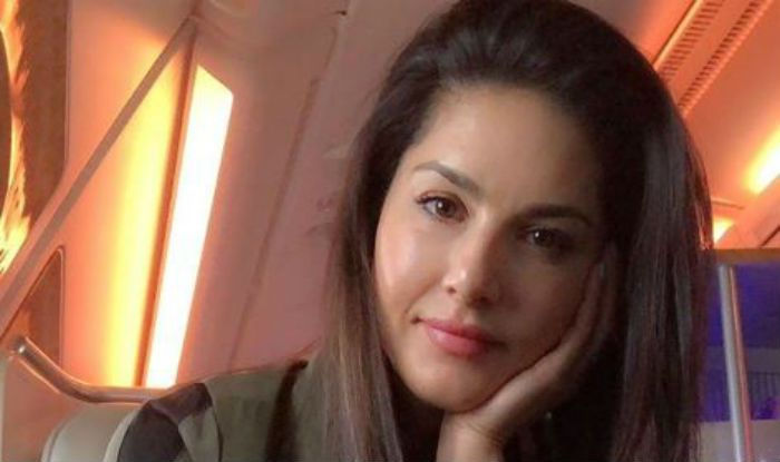 Sunny Leone Looks Her Sexiest Best in No Makeup Look as She Travels Back Home - See Picture