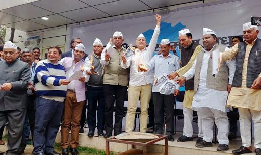 Lok Sabha Elections 2019: As BJP-AAP Indulge in 'Burn' Manifesto War; CM Arvind Kejriwal Pitches For Alliance With Congress in Haryana