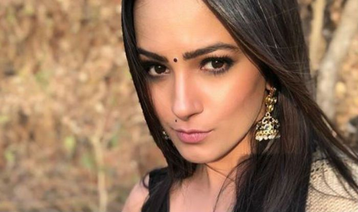 Anita Hassanandani Looks Super Sexy in a Hot Beige Saree, See Pic