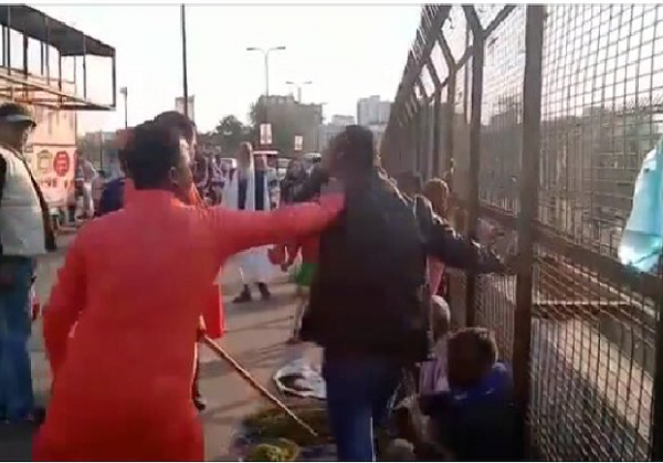 Ye Kashmiri Hai: Two Fruit Sellers From Jammu And Kashmir Thrashed in Lucknow | Watch