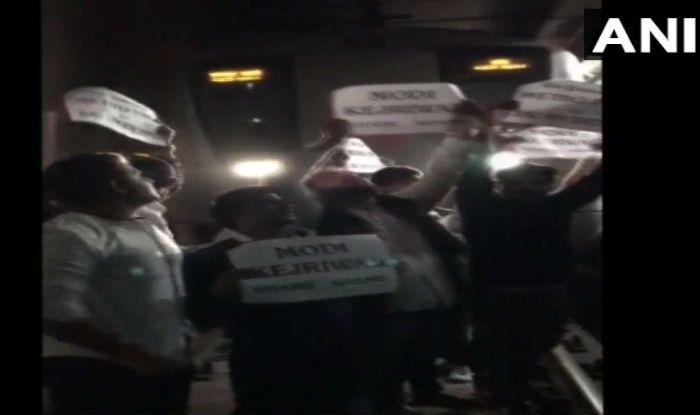 Delhi: NSUI Members Stop Metro Train Demanding Fare Concession Pass For DU Students