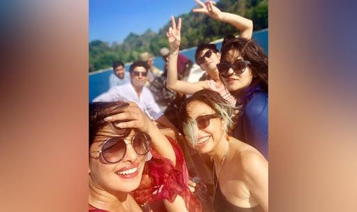 Priyanka Chopra-Farhan Akhtar's Sunkissed Group Selfie With 'The Sky Is Pink' Star Cast Forecasts a Rosy Morning For Fans