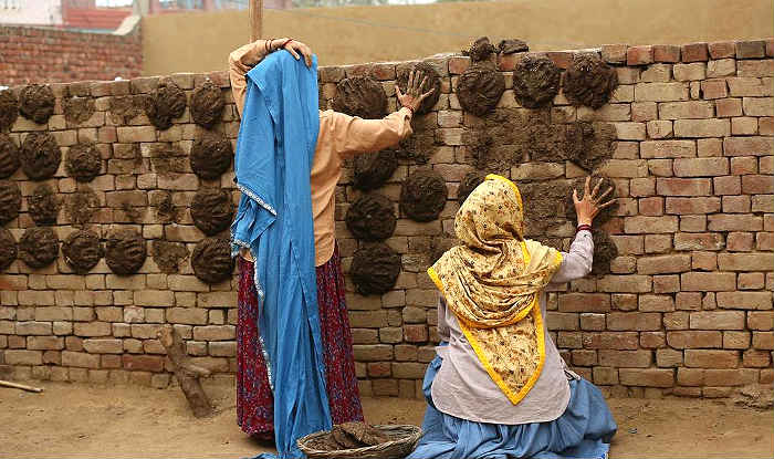 Taapsee Pannu And Bhumi Pednekar Make Some Cow Dung Cakes While Shooting For 'Saand Ki Aankh', Check Viral Picture