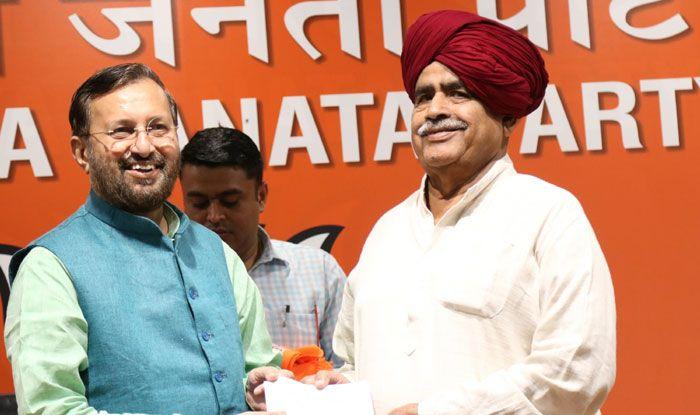Kirori Singh Bainsla with Prakash Javadekar