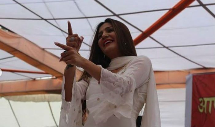 Sapna Choudhary Flaunts Hot Thumkas as She Grooves to Jalebi Song at an Event, Watch
