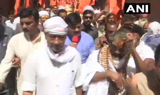 Cops Caught Wearing Saffron Scarves at Digvijaya Singh's Rally in Bhopal