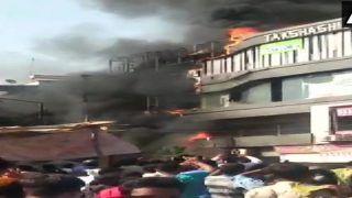 सूरत की इमारत में भीषण आग, जान बचाने को लोगों ने टॉप फ्लोर से लगाई छलांग