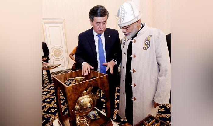 Kyrgyzstan President Jeenbekov gifts PM Modi a samovar. Photo Courtesy: IANS