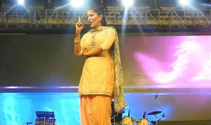 Haryanvi Hottie Sapna Choudhary Flaunts Her Sexy Thumkas on 'Daroga Ji' During Stage Show - Watch - India.com News